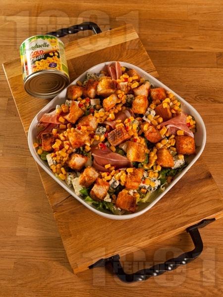 Зелена салата с кресон, царевица от консерва, синьо сирене, прошуто (хамон) и крутони - снимка на рецептата